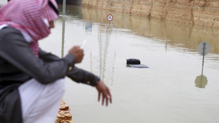Imágenes impactantes: así reaccionan en Arabia Saudí a las devastadoras lluvias que asolan la región