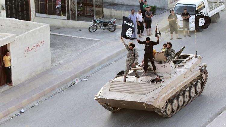 Miembros del Estado Islámico en un tanque durante un desfile militar en la provincia siria de Raqqa