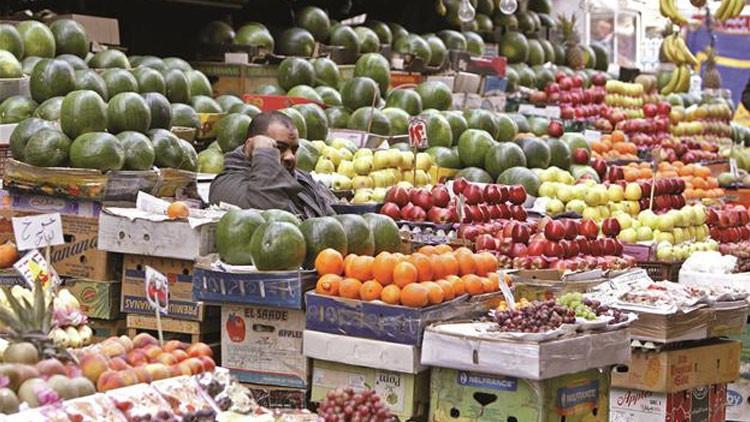 Puesto de frutas y verduras en un mercado de El Cairo, Egipto