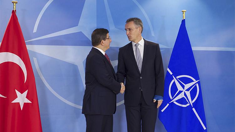 El secretario general de la OTAN, Jens Stoltenberg, se reúne con el primer ministro de Turquía, Ahmet Davutoglu.