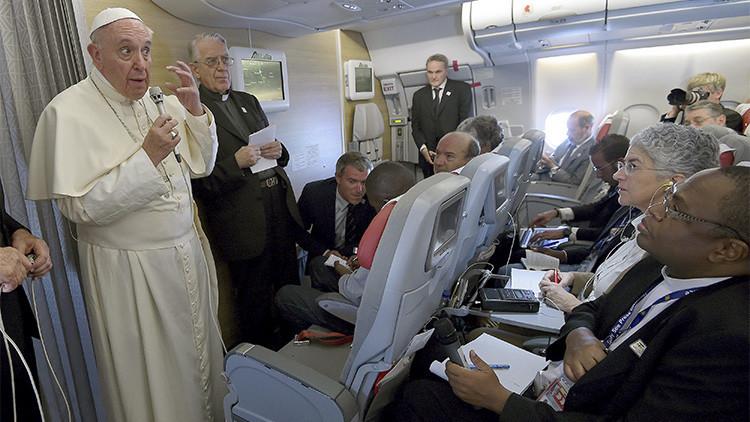 El papa Francisco habla con periodistas a bordo del avión papal, durante su vuelo de África a Roma, Italia, el 30 de noviembre de 2015.