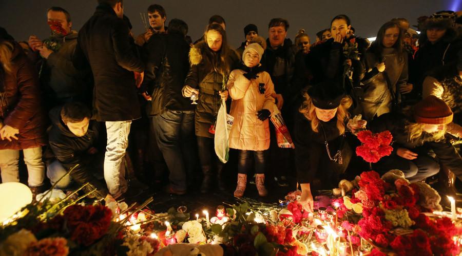 Residentes de San Petersburgo ponen flores y encienden velas en la Plaza del Palacio en honor a las víctimas del avión ruso siniestrado en Egipto