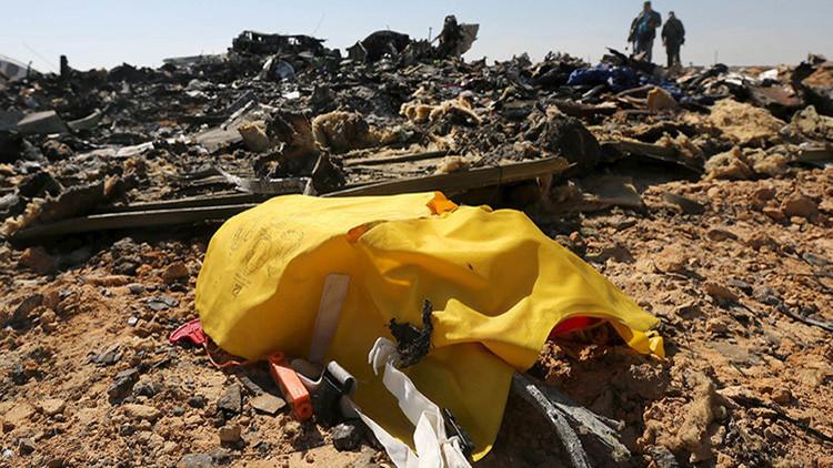 Investigadores militares examinan el lugar de la catástrofe del avión ruso cerca de la ciudad egipcia de El Arish, en el norte de Egipto