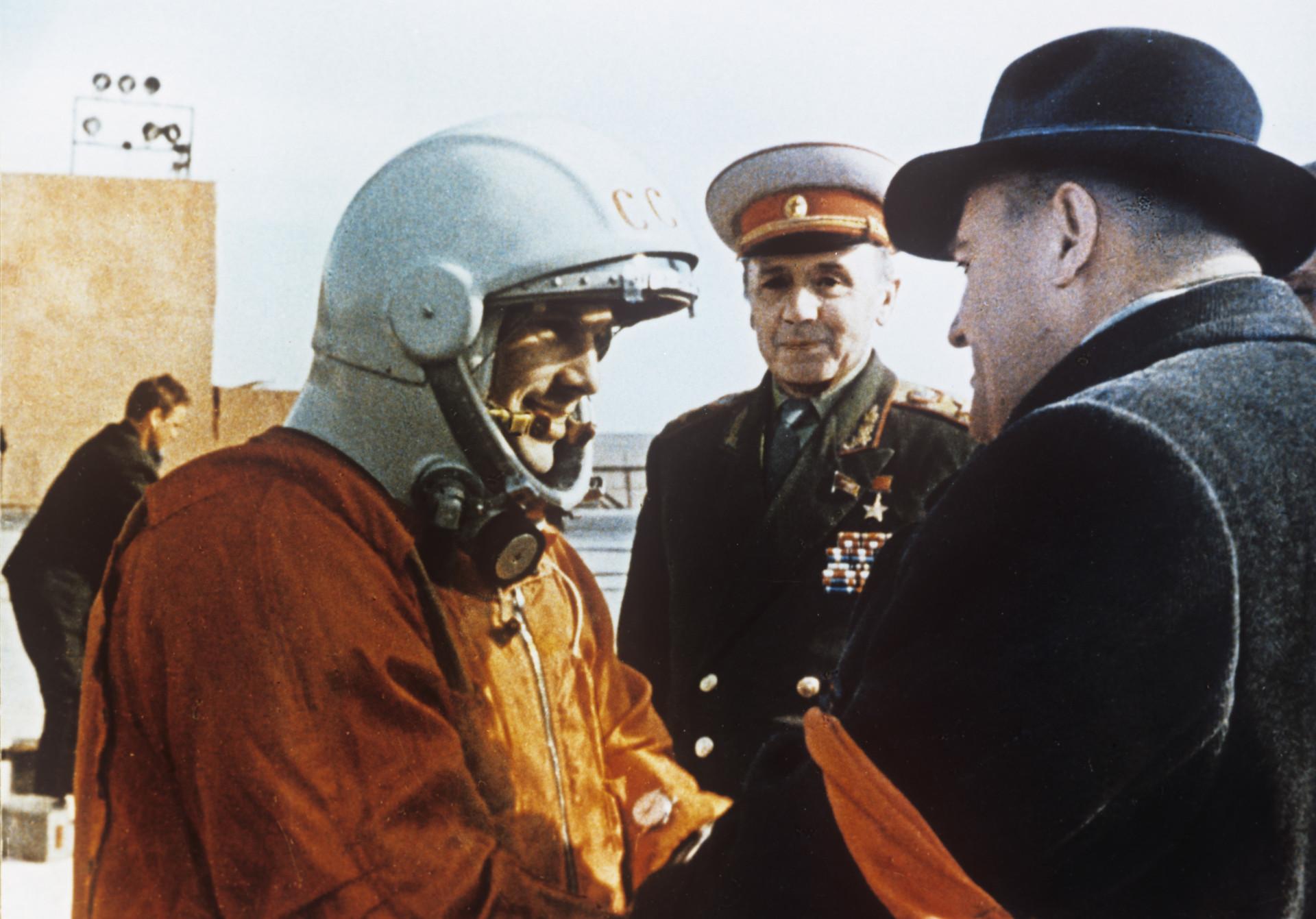 Yuri Gagarin, el primer hombre en el espacio, con el ingeniero Serguéi Koroliov, el ingeniero y diseñador de cohetes durante la carrera espacial.