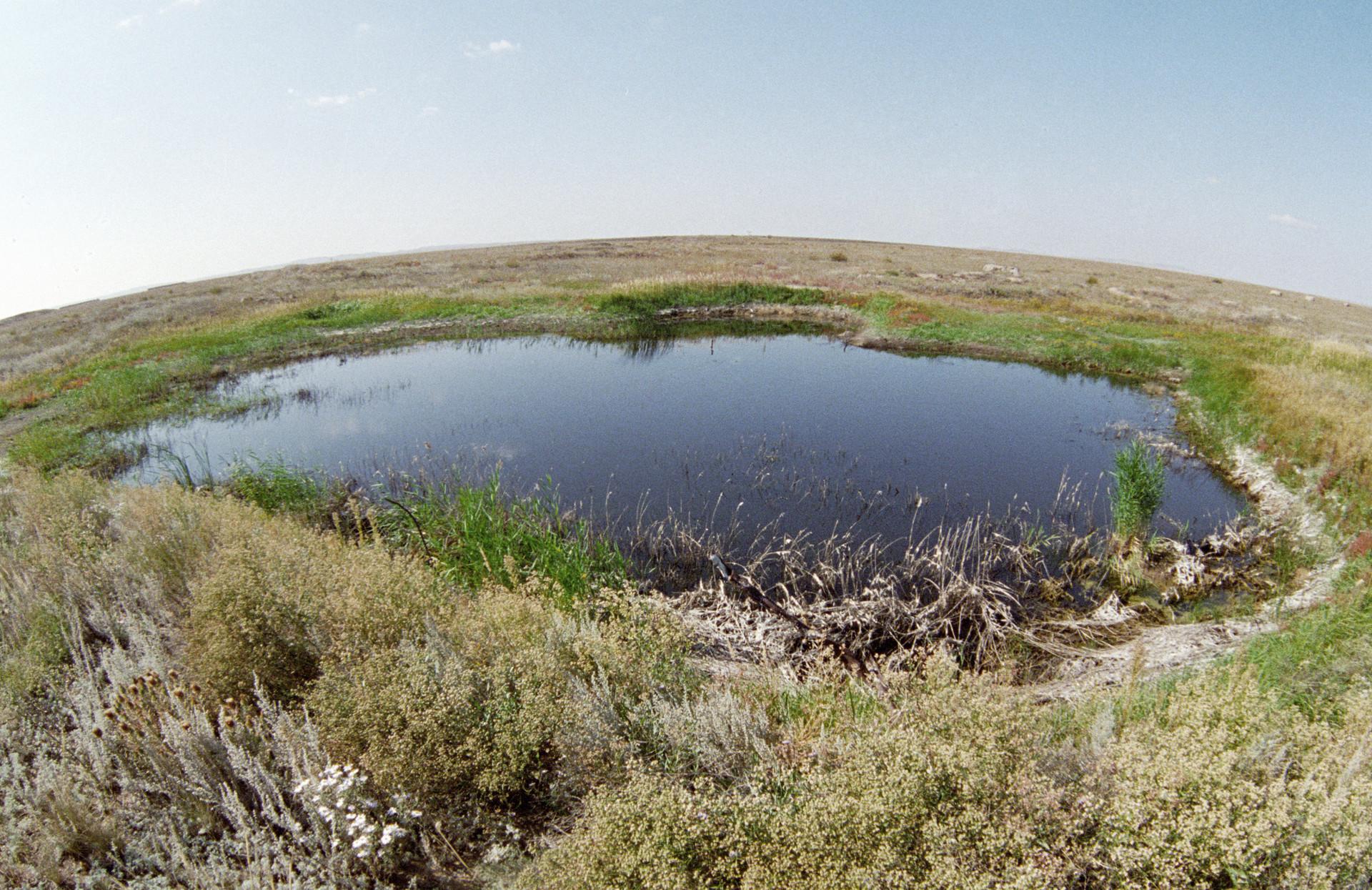 El lago en el lugar de la primera detonación en el sitio de pruebas de Semipalátinsk.