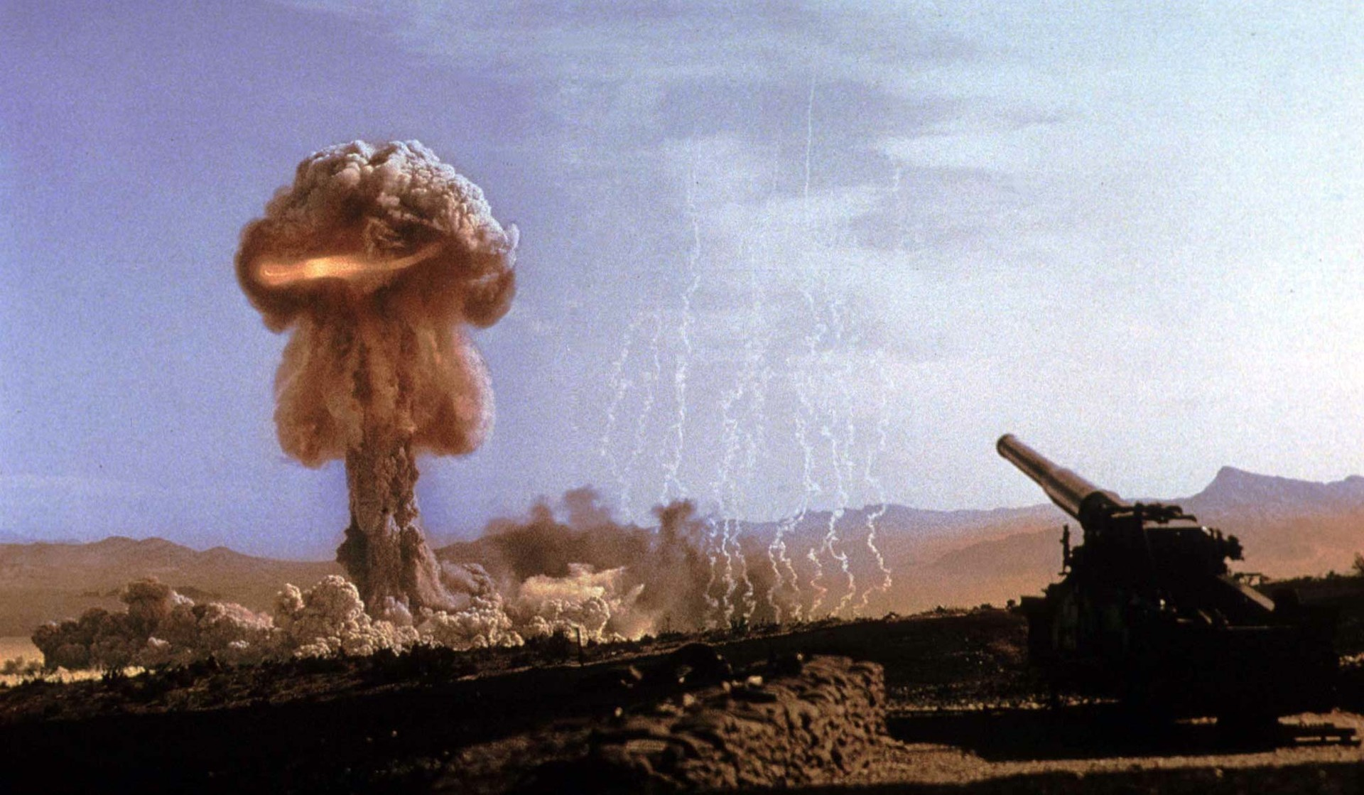 Detonación por el cañon nuclear en el emplazamiento de ensayos de Nevada, EE.UU.