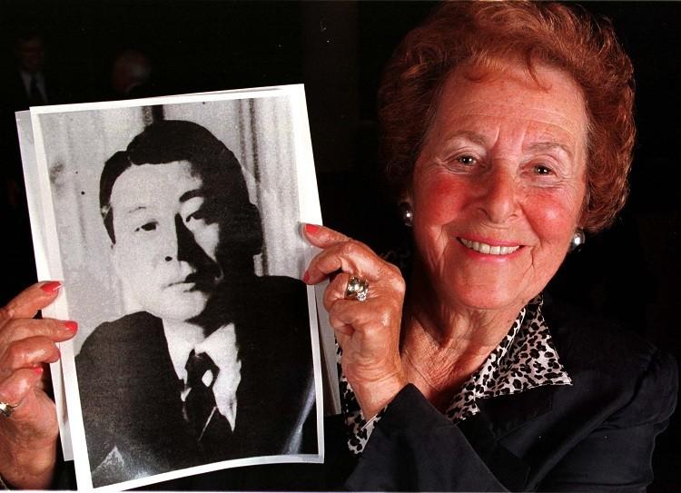La sobreviviente judía del holocausto, Hanni Vogelweid, sostiene una foto de su benefactor Chiune Sugihara