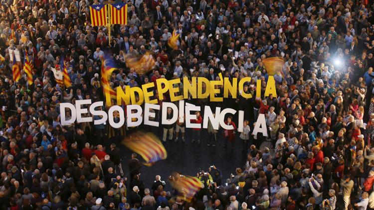 Gente protestando contra la decisión del Tribunal Superior de Justicia de Cataluña en relación con la consulta del 9N en la plaza de Sant Jaume de Barcelona