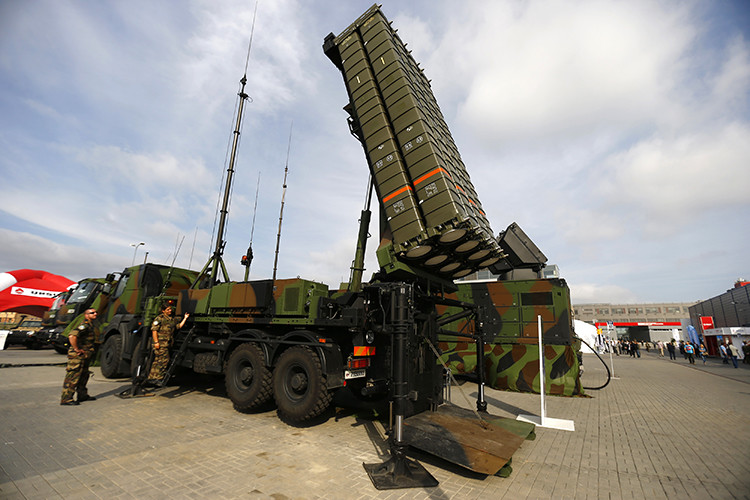 Soldiers present anti-missile system SAMP/T by Thales at an international military fair in Kielce, southern Poland September 2, 2014. Picture taken on September 2, 2014. REUTERS/Kacper Pempel (POLAND - Tags: MILITARY BUSINESS)