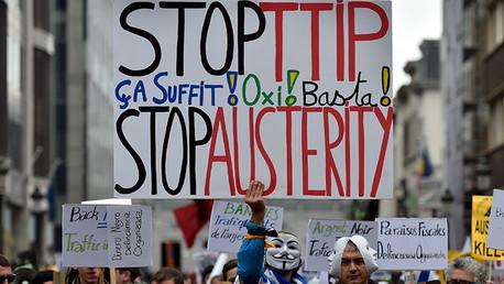 Activistas europeos de los derechos de los consumidores participan en una marcha en protesta contra el TTIP, la austeridad y la pobreza en Bruselas, Bélgica