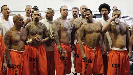 Presos alojados en un gimnasio debido al hacinamiento de la cárcel.