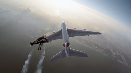 El avión comercial más grande del mundo y dos locos 'hombres pájaro' sobrevuelan el peligro en Dubái