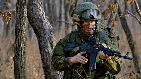 Paracaidista ruso durante un entrenamiento militar en Primorie, el 3 de noviembre de 2015