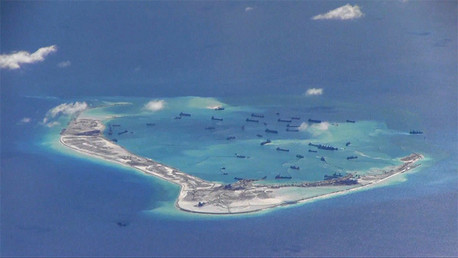 Supuestas dragas chinas en las aguas que bañan una de las Islas Spratly en el mar de la China Meridional.