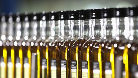 Botellas de aceite se alinean en una fábrica en Dos Hermanas, cerca de la capital andaluza de Sevilla