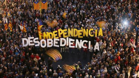 Gente protestando contra la decisión del Tribunal Superior de Justicia de Cataluña en relación con la consulta del 9N en la plaza de Sant Jaume de Barcelona.