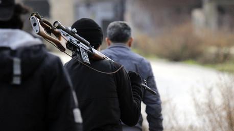 Un combatiente lleva a hombros un fusil en la provincia siria de Latakia