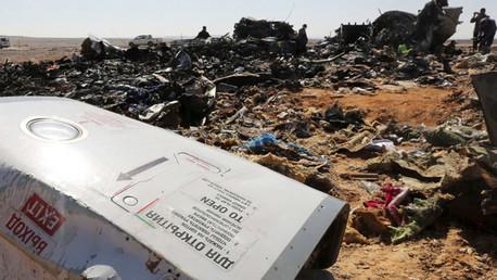 Los restos del avión ruso son inspeccionados por investigadores militares en el Sinaí (norte de Egipto) el 1 de noviembre de 2015.