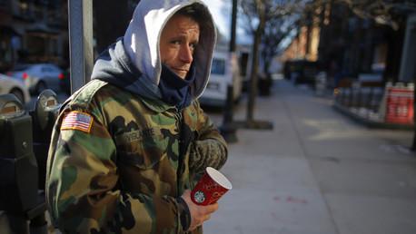 Chris, un veterano estadounidense de guerras en Irak y Afganistán sin techo, pidiendo dinero en una calle de Boston.