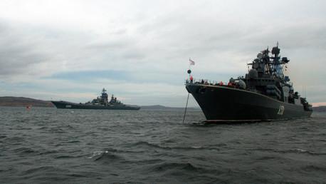 El crucero portamisiles de propulsión nuclear Piotr Veliki y el barco antisubmarino Admiral Chabanenko cerca del puerto de Severomorsk
