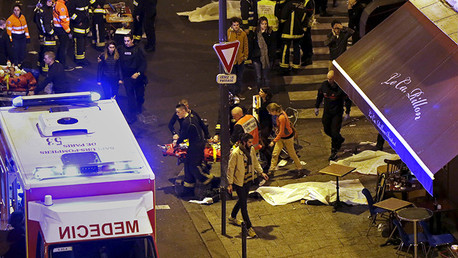Los bomberos franceses ayudan a las personas heridas