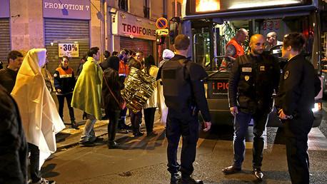 La Policía francesa y un grupo de personas cerca del teatro Bataclan de París (Francia), uno de los blancos de los terroristas este viernes, 13 de noviembre.