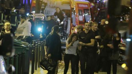 Las fuerzas de seguridad francesas evacuan una calle del distrito 10 de París tras los ataques del 13 de noviembre