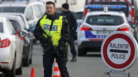 La Policía francesa realiza un control en la frontera franco-alemana en Estrasburgo, la mañana después de los ataques mortales en París
