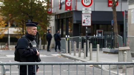 Un policía cerca del estadio Stade de France