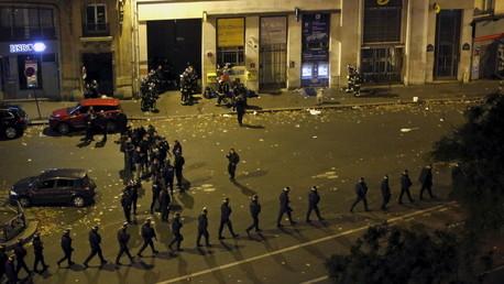 La Policía evacúa a la gente de la sala de conciertos Bataclan en París