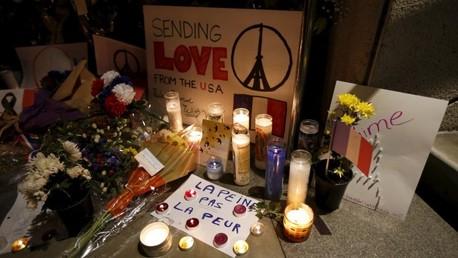 Ciudadanos dejan velas y flores frente al Consulado de Francia en Los Ángeles, EE.UU., en memoria a las víctimas de los atentados en París