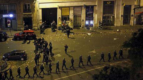 La policía francesa con escudos protectores caminan en las proximidades de la sala de conciertos Bataclan en París, Francia, el 14 de noviembre de 2015.