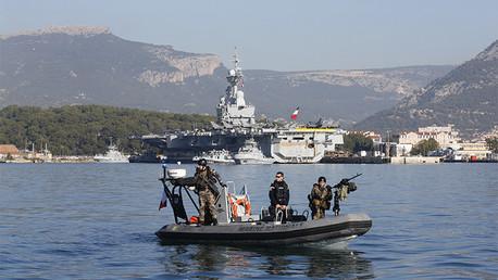 El Ejército francés vigila el área alrededor del portaaviones Charles de Gaulle en base naval de Tolón, Francia, 18 de noviembre de 2015