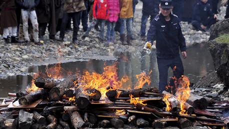 Un policía quema las armas ilegales en China
