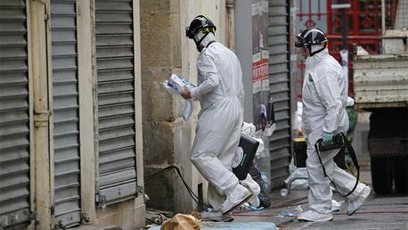 Expertos forenses entran en un edificio ubicado en Saint-Denis, París, el 19 de noviembre de 2015.
