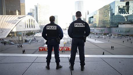 Policías franceses patrullan tras los atentados en París del viernes 13 de noviembre