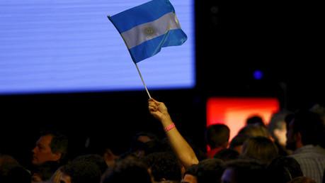 Un partidario del candidato presidencial Mauricio Macri agita la bandera argentina