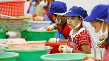 Una adolescente birmana trabaja en una fábrica de camarones en Samut Sakhon (Tailandia), abril de 2007