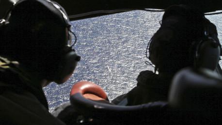 Un avión de búsqueda sobrevuela el océano Índico