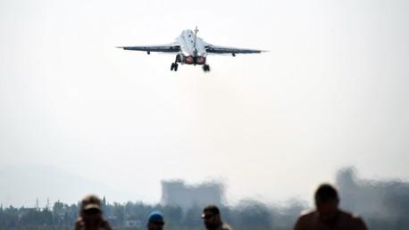 El bombardero ruso Su-24 despega desde la base aérea Jmeimim en la provincia siria de Latakia