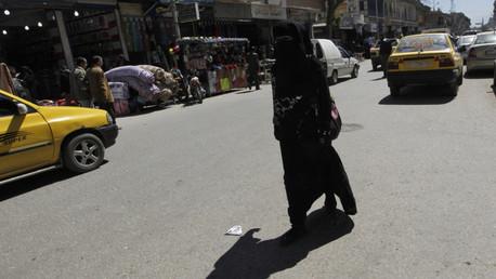 Una mujer en una de las calles de Al Raqa, Siria.