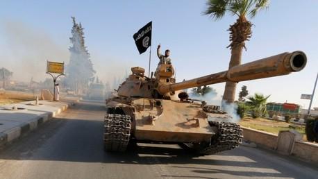 Un miembro del Estado Islámico en un tanque durante un desfile militar en la provincia siria de Raqqa