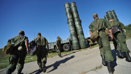 Lanzadera de misiles antiaéreos S-400 Triumf del 210.º regimiento antiaéreo de la Orden de la Estrella Roja que custodia las fronteras aéreas en Moscú y las regiones industriales centrales de Rusia.