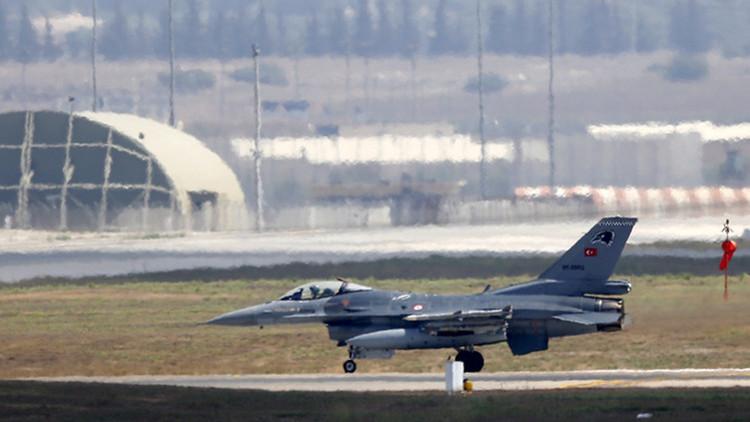 El caza F-16 de la Fuerza Aérea turca aterriza en la báse aérea de Incirlik