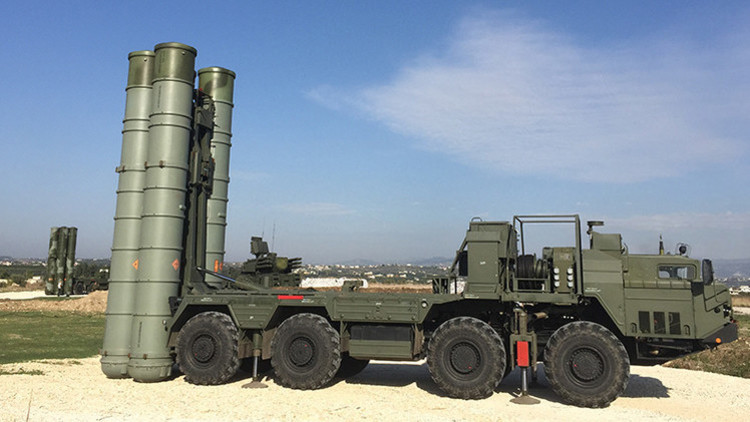 Sistema de misiles antiaéreos S-400 en la base aérea de Jmeimim, Siria.