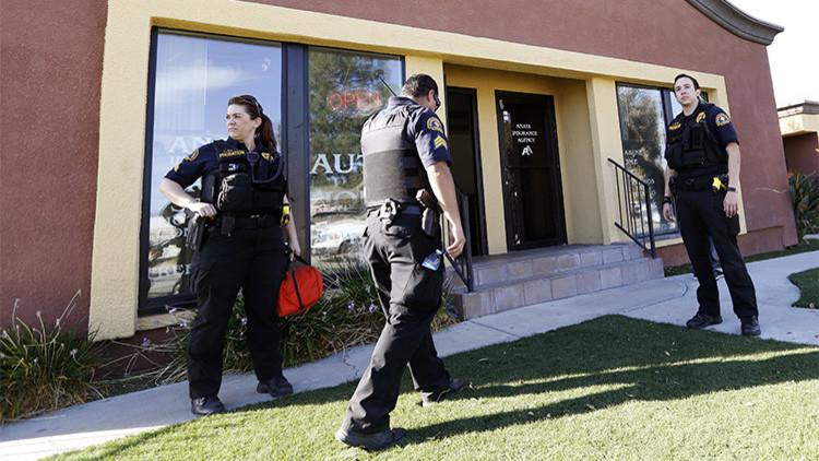 Agentes de policía aseguran el área después de que se registrara un tiroteo en San Bernardino, California, el 2 de diciembre de 2015.