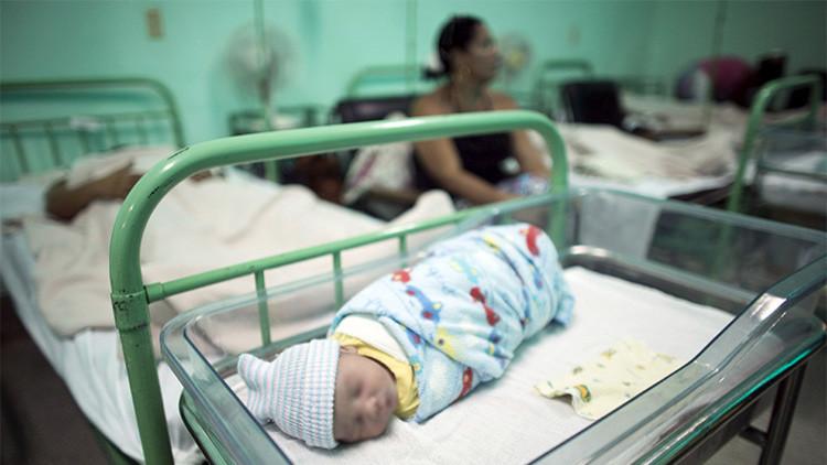 Un recién nacido descansa junto a su madre, en el hospital Ana Betancourt de Mora, en Cuba.