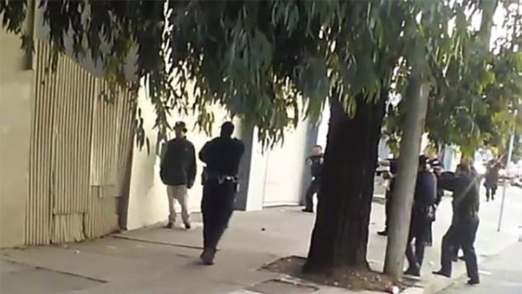 Video: 10 policías de EE.UU. acribillan a balazos a un hombre negro armado con un cuchillo