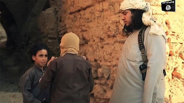 El video más sádico del EI: Niños yihadistas 'juegan al escondite' ejecutando a prisioneros
