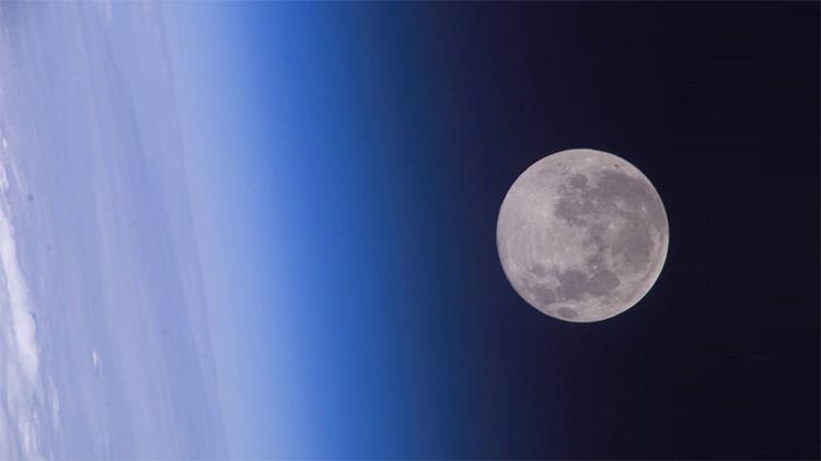 La Luna fotografiada por la tripulación de la 10.ª Expedición de la Estación Espacial Internacional.